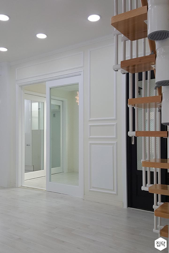 화이트,뉴클래식,거실,웨인스코팅,계단,다운라이트조명