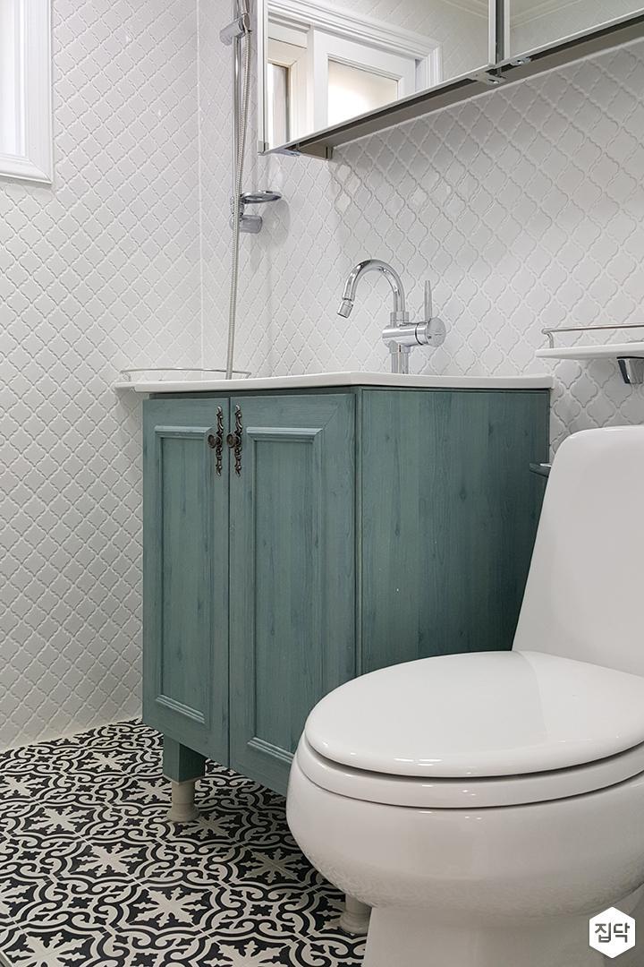 화이트,뉴클래식,욕실,패턴타일,세면대,거울