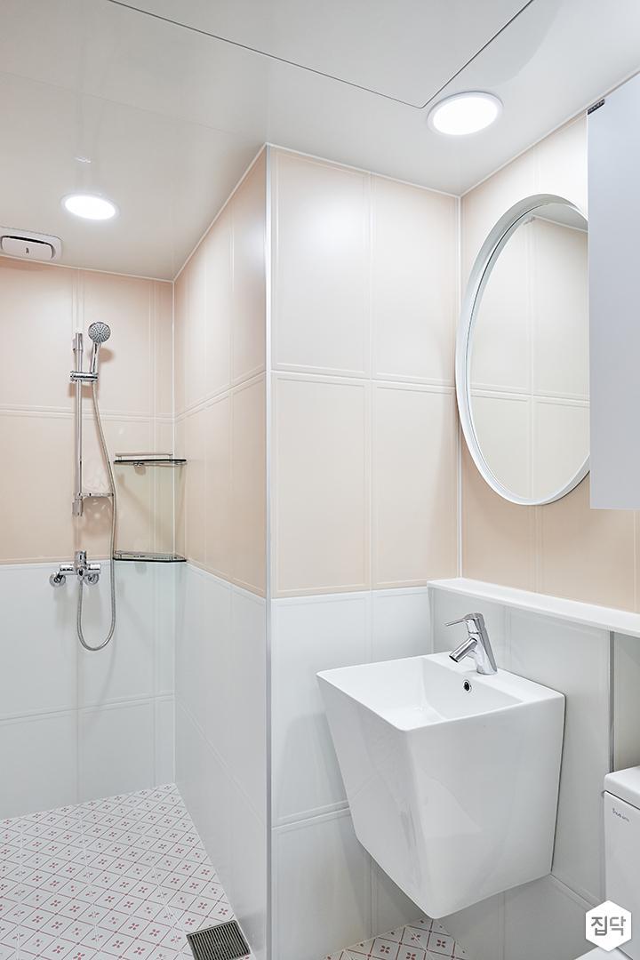 화이트,핑크,모던,심플,욕실,패턴타일,욕실타일,원형직부등,세면대,코너선반,샤워기,거울