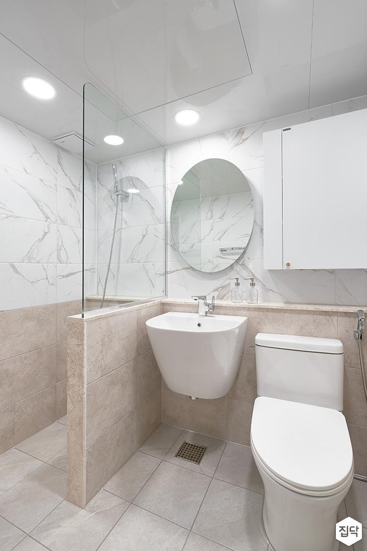 화이트,브라운,모던,내추럴,욕실,패턴타일,유리파티션,세면대,거울