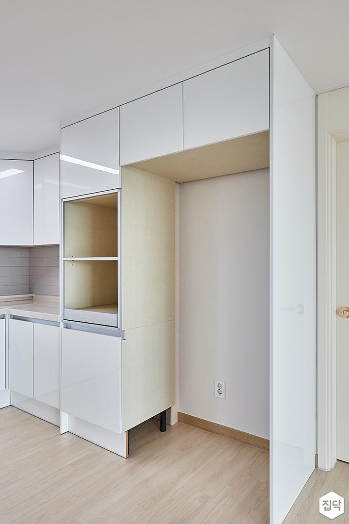 화이트,모던,심플,주방,원목마루,매립등,싱크대,수납장,냉장고장