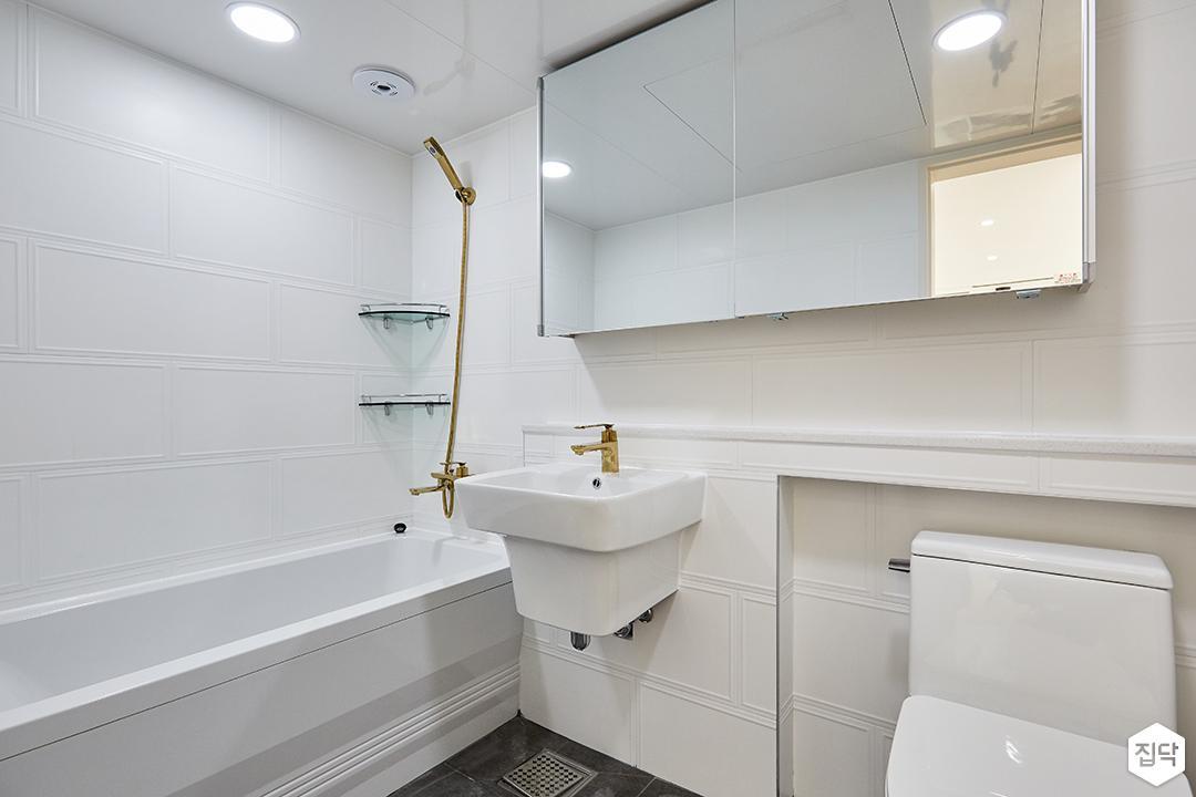 화이트,모던,심플,욕실,웨인스코팅,욕실타일,원형직부등,수납장,세면대,욕조,샤워기,거울,코너선반