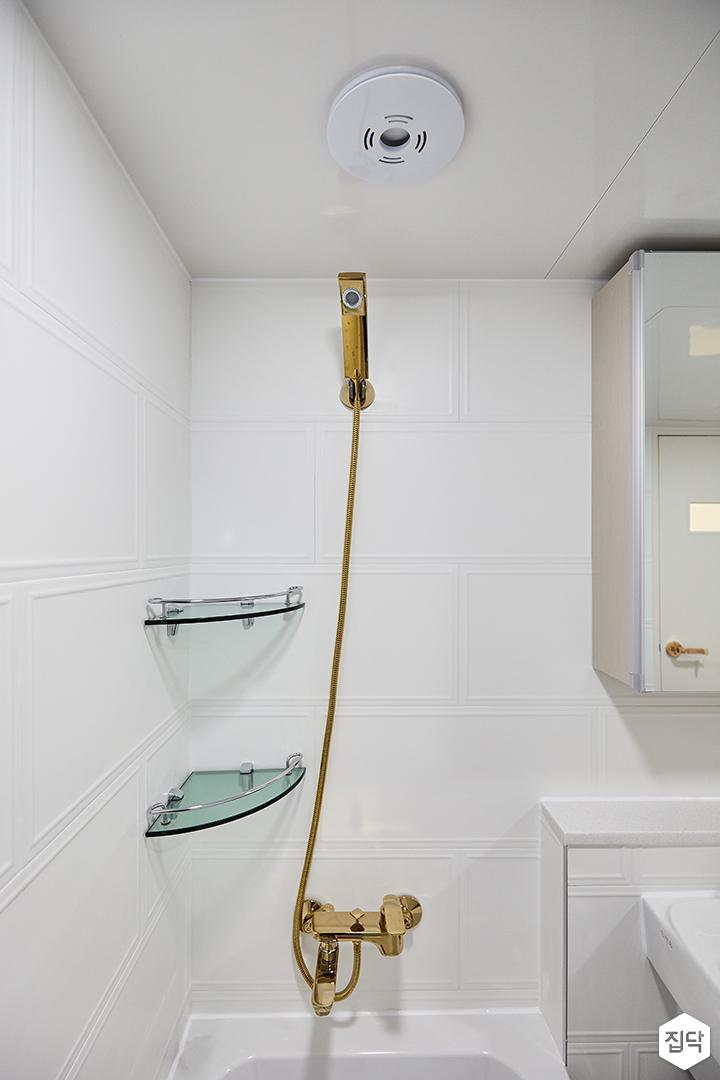 화이트,골드,모던,심플,욕실,웨인스코팅,욕실타일,샤워기,코너선반