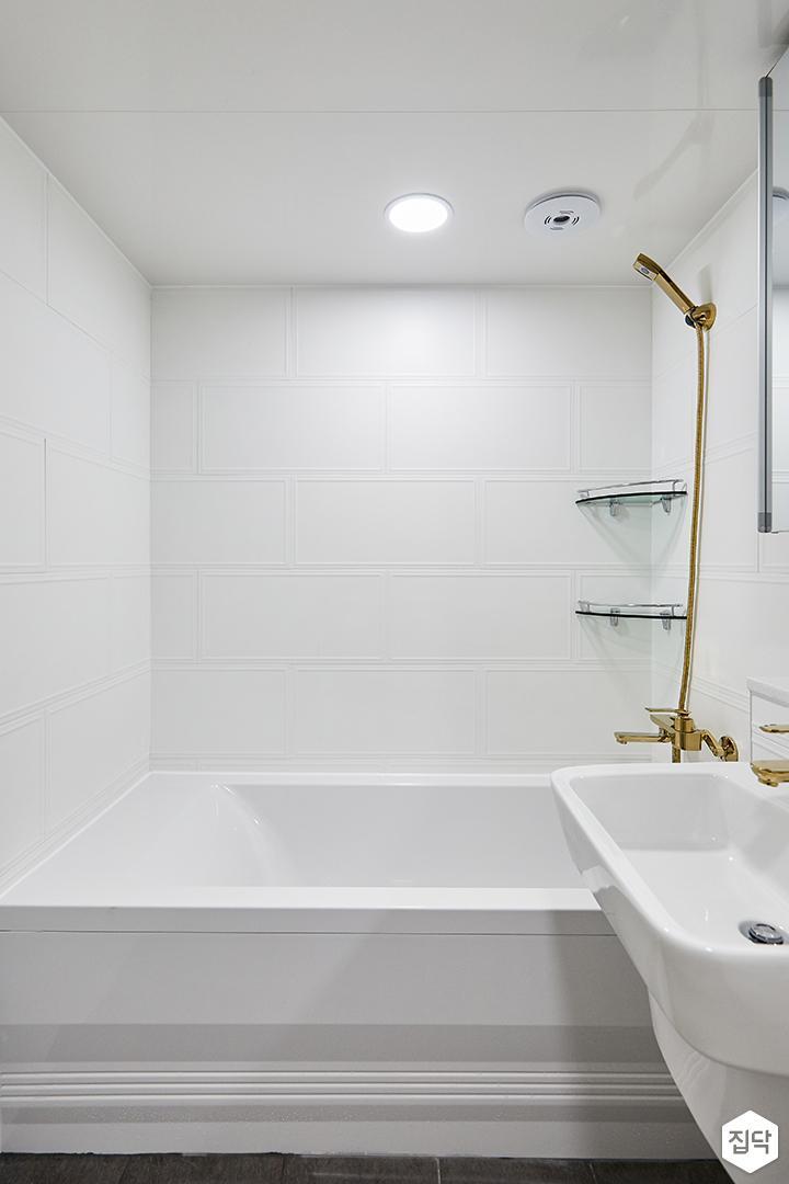 화이트,골드,모던,심플,욕실,웨인스코팅,욕실타일,원형직부등,세면대,욕조,샤워기,코너선반
