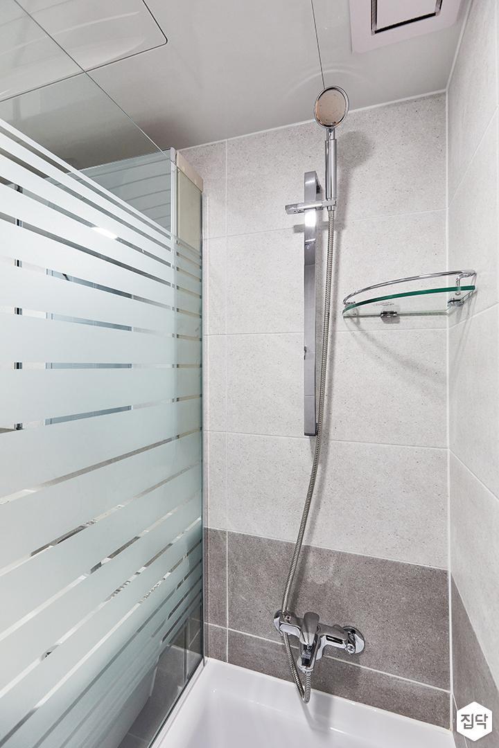 화이트,미니멀,심플,욕실,포세린,유리파티션,욕조,샤워기