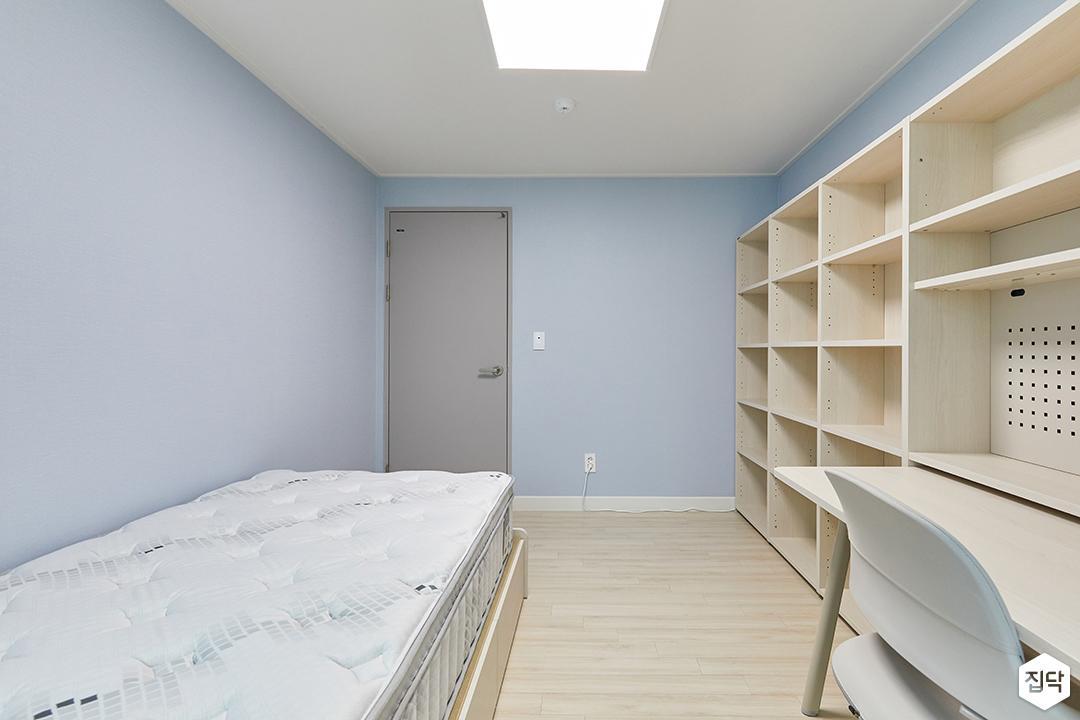 블루,내추럴,아이방,원목마루,실링라이트,우드,침대,책상,책장