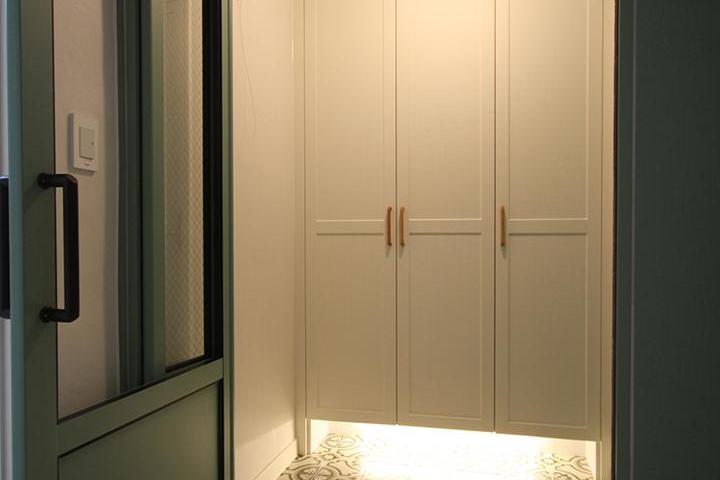 화이트,그린,내추럴,뉴클래식,현관,패턴타일,간접조명,센서등,여닫이문