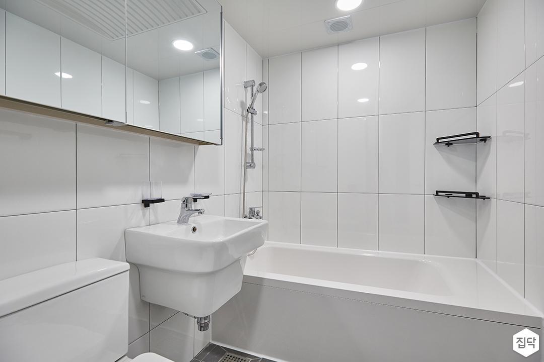 화이트,모던,심플,욕실,욕실타일,원형직부등,수납장,세면대,욕조,샤워기,거울,코너선반