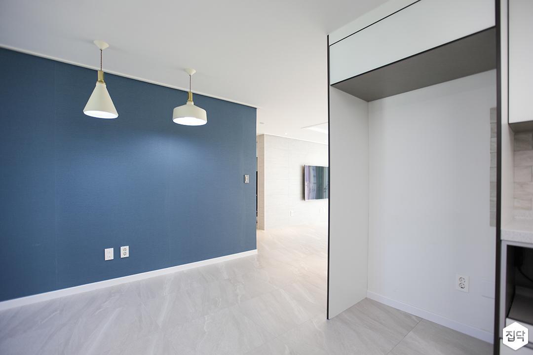 화이트,블루,모던,뉴클래식,주방,펜던트조명,냉장고장