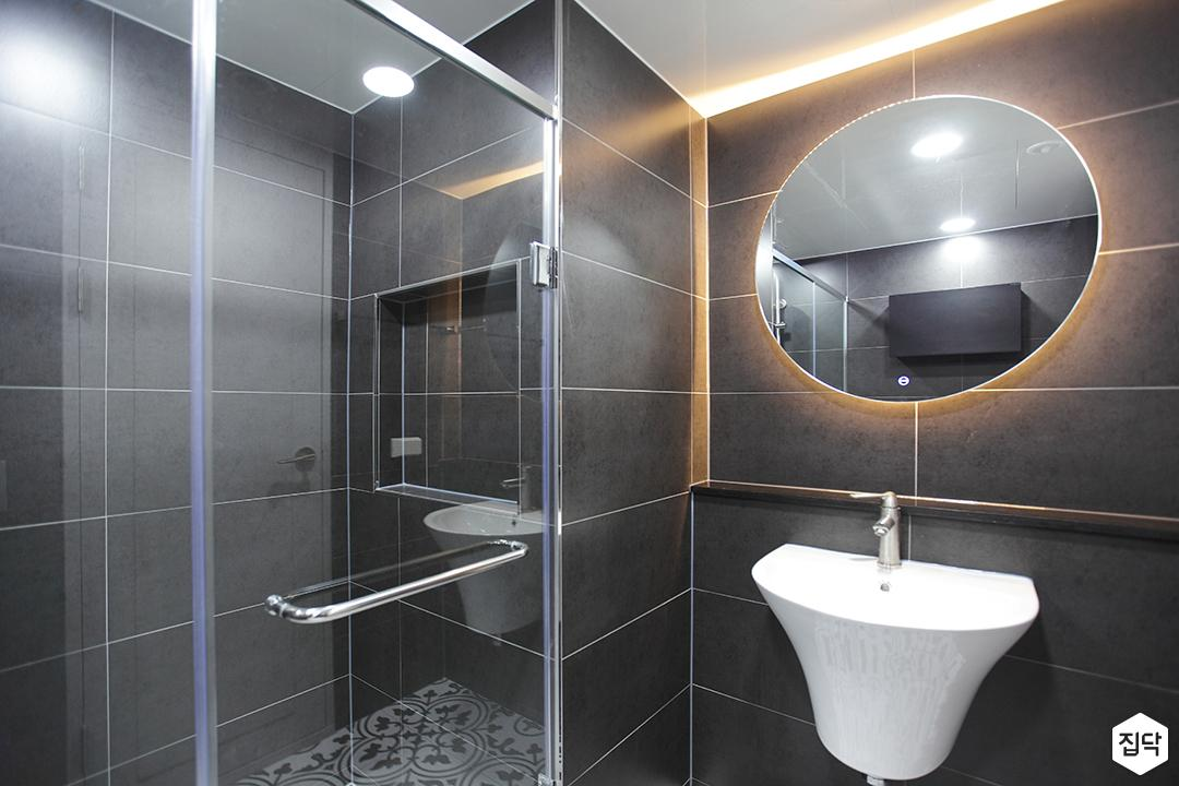 블랙,모던,뉴클래식,욕실,포세린,패턴타일,간접조명,유리파티션,세면대,거울
