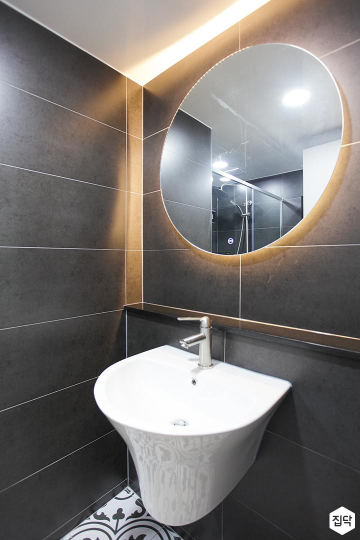 블랙,모던,뉴클래식,욕실,포세린,간접조명,세면대,거울