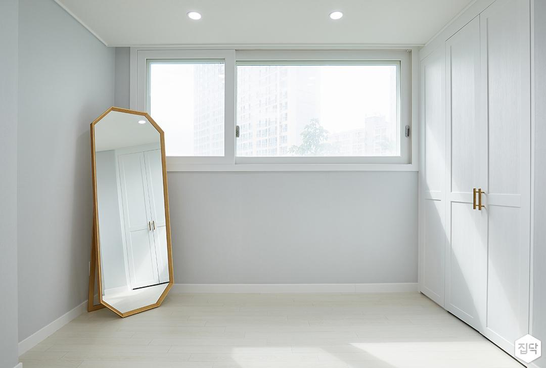 화이트,그레이,모던,심플,방,드레스룸,원목마루,붙박이장,거울