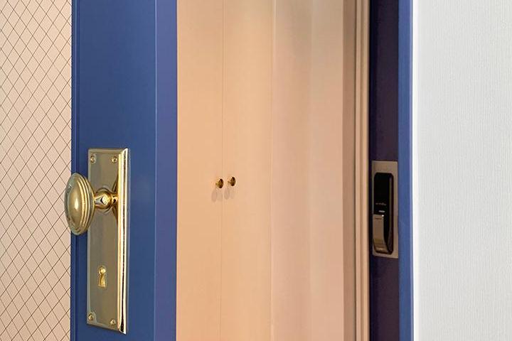 화이트,블루,뉴클래식,심플,현관,슬라이딩도어