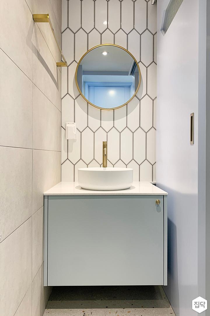 화이트,골드,뉴클래식,욕실,폴리싱,패턴타일,수납장,세면대,거울