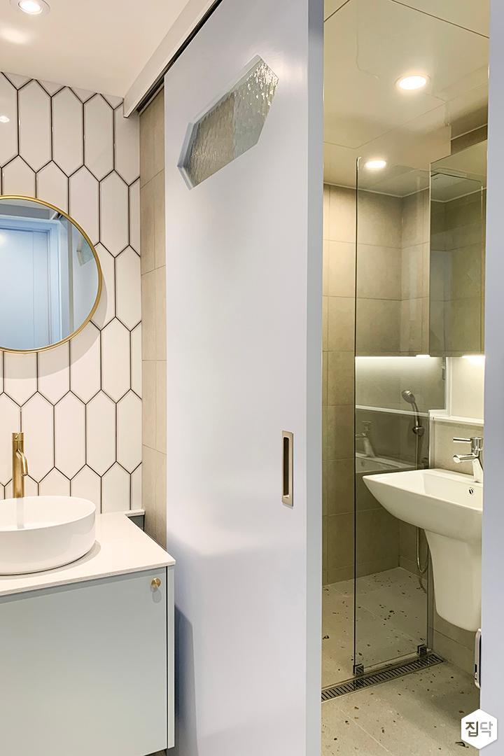 화이트,골드,뉴클래식,욕실,폴리싱,패턴타일,수납장,세면대,슬라이딩도어