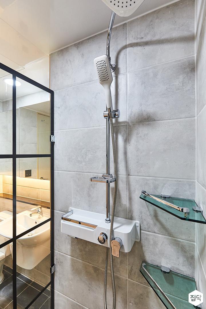 그레이,블랙,모던,심플,욕실,포세린,유리파티션,샤워기,코너선반