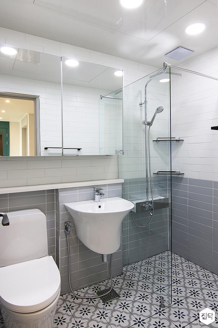 그레이,모던,욕실,패턴타일,유리파티션,세면대,샤워기,거울