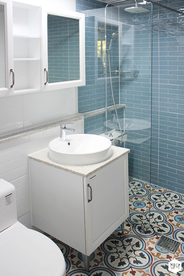 화이트,블루,모던,욕실,패턴타일,유리파티션,세면대,샤워기,거울