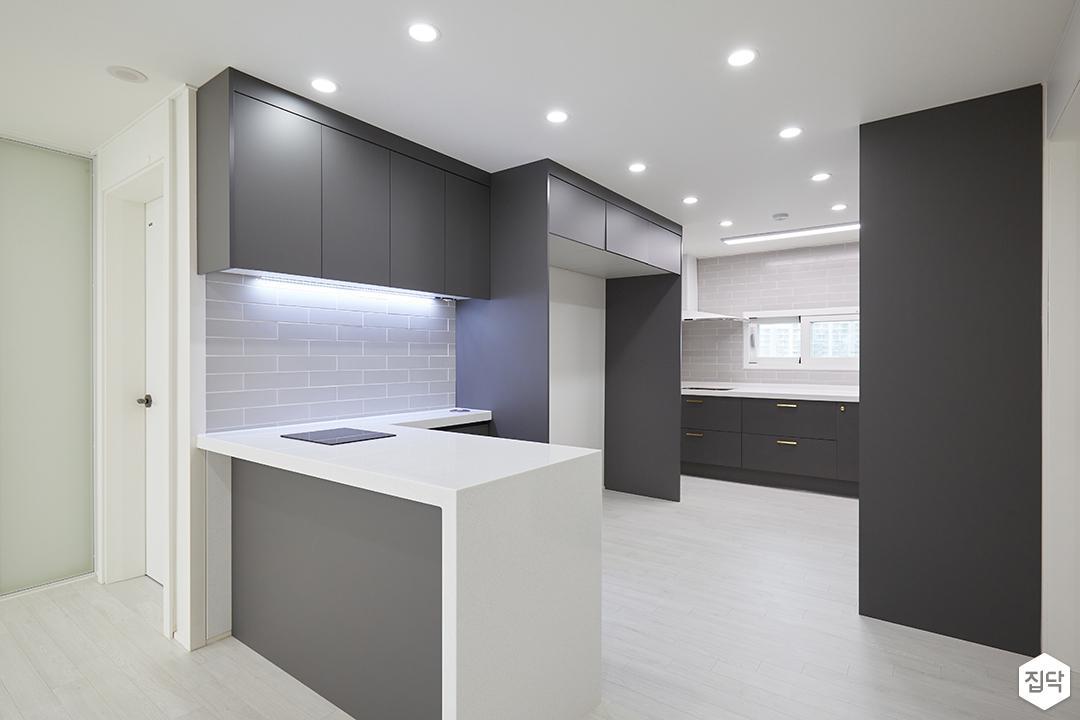 화이트,블랙,모던,심플,주방,원목마루,매립등,간접조명,다운라이트조명,싱크대,수납장,냉장고장