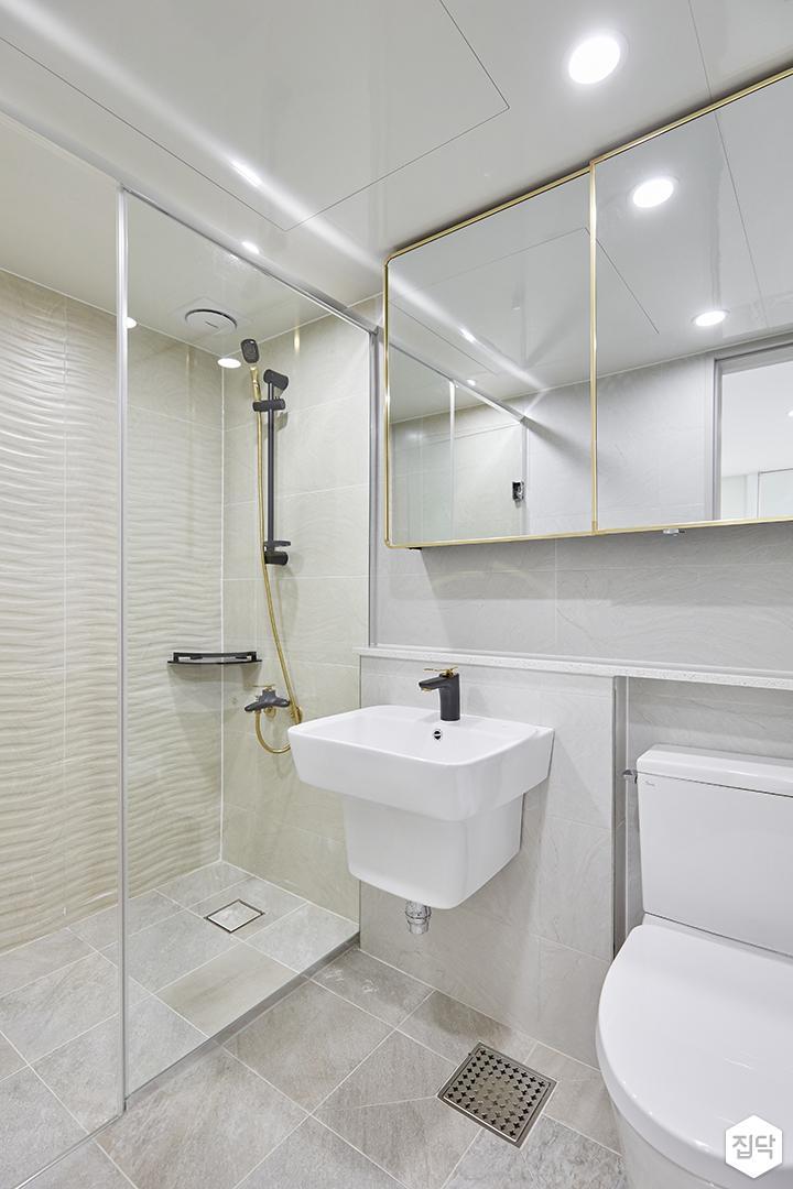 화이트,골드,모던,심플,욕실,포세린,패턴타일,원형직부등,수납장,유리파티션,세면대,코너선반,샤워기,거울
