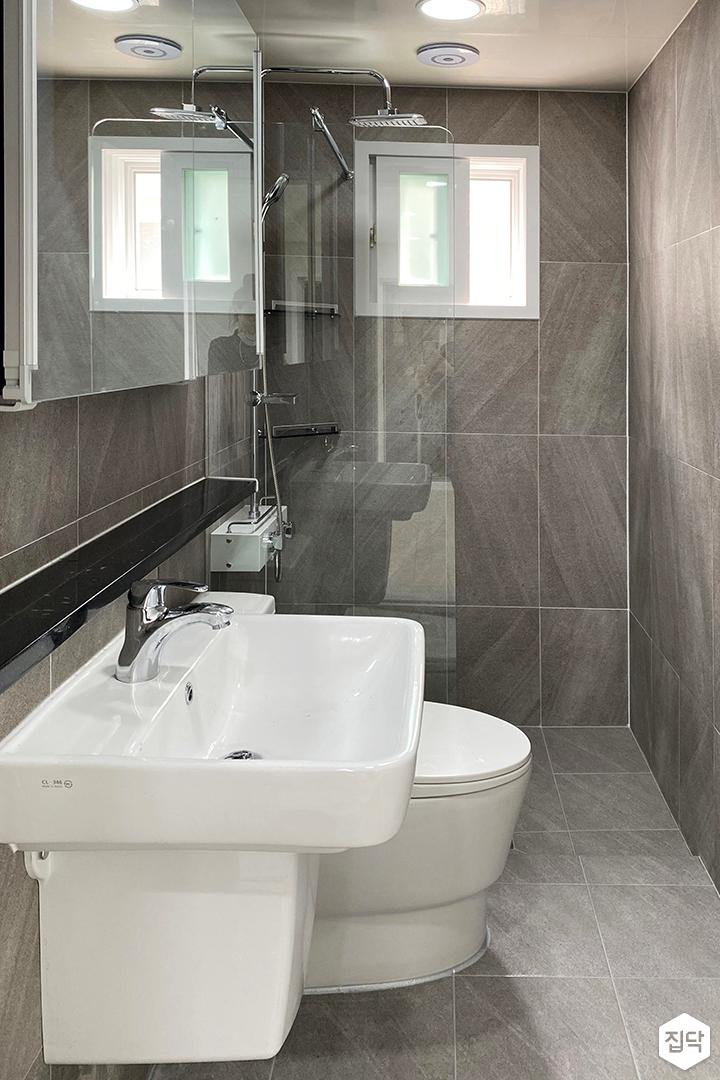 그레이,모던,욕실,유리파티션,세면대,코너선반,샤워기,거울