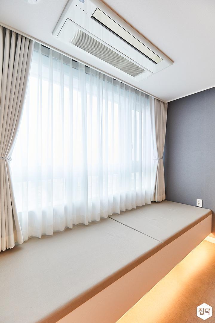 화이트,그레이,모던,내추럴,뉴클래식,침실,안방,간접조명,커튼