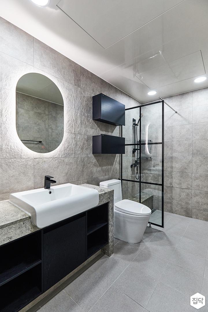그레이,블랙,모던,뉴클래식,욕실,포세린,매립등,간접조명,수납장,유리파티션,세면대,거울