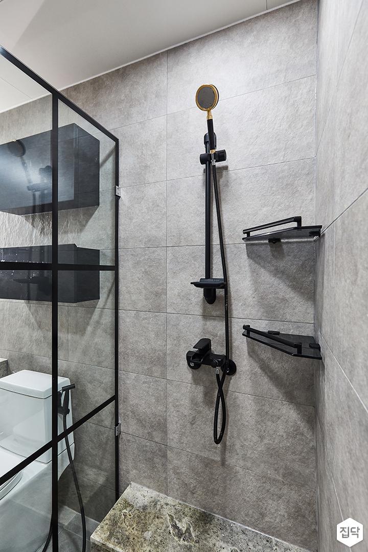 그레이,블랙,모던,뉴클래식,욕실,포세린,유리파티션,샤워기,코너선반