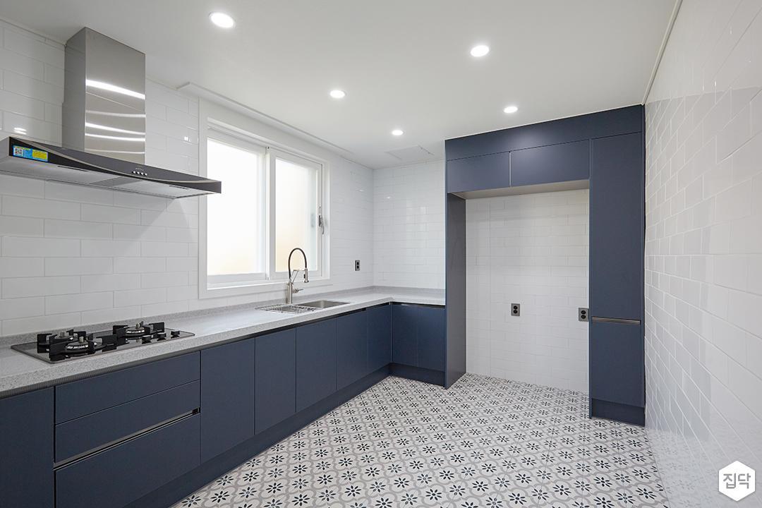 화이트,블루,모던,심플,주방,보조주방,패턴타일,매립등,다운라이트조명,플라워,싱크대,후드,수납장,냉장고장