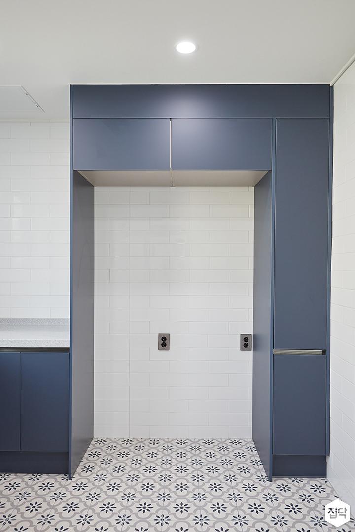 화이트,블루,모던,심플,주방,보조주방,패턴타일,플라워,냉장고장,수납장