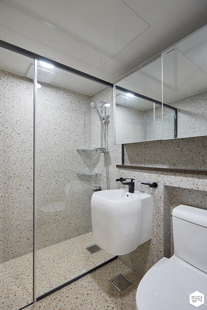 그레이,모던,심플,욕실,패턴타일,테라조,세면대,수납장,거울,유리파티션,샤워기,코너선반