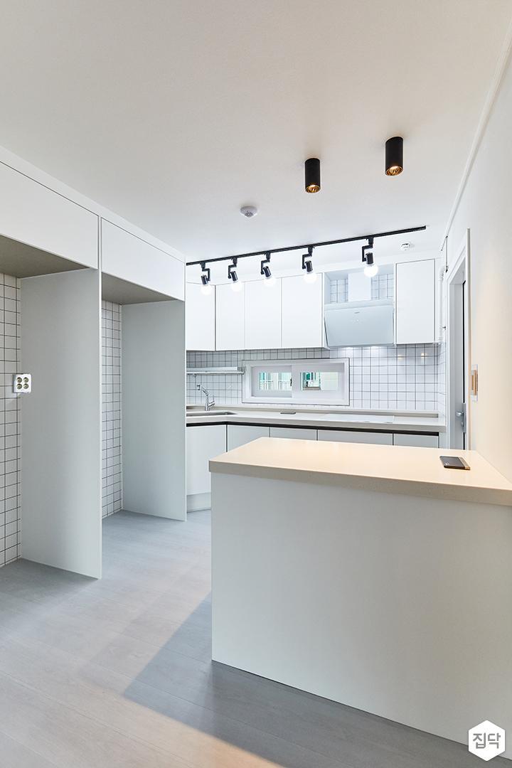 화이트,모던,내추럴,주방,포인트조명,냉장고장,아일랜드식탁