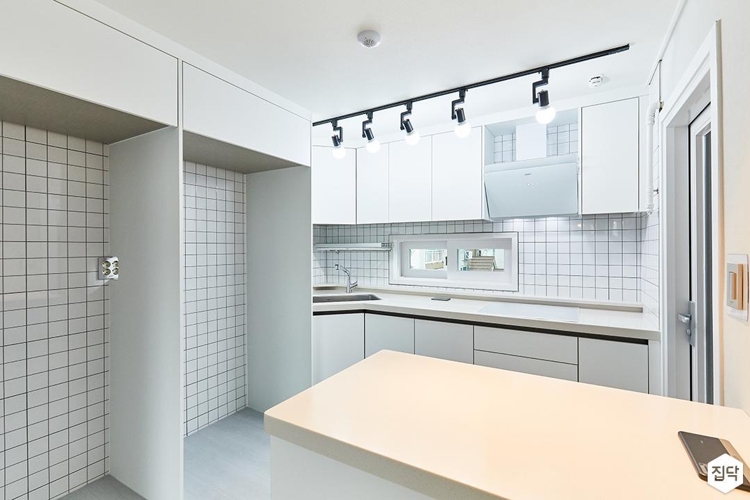 화이트,모던,내추럴,주방,레일조명,냉장고장,아일랜드식탁