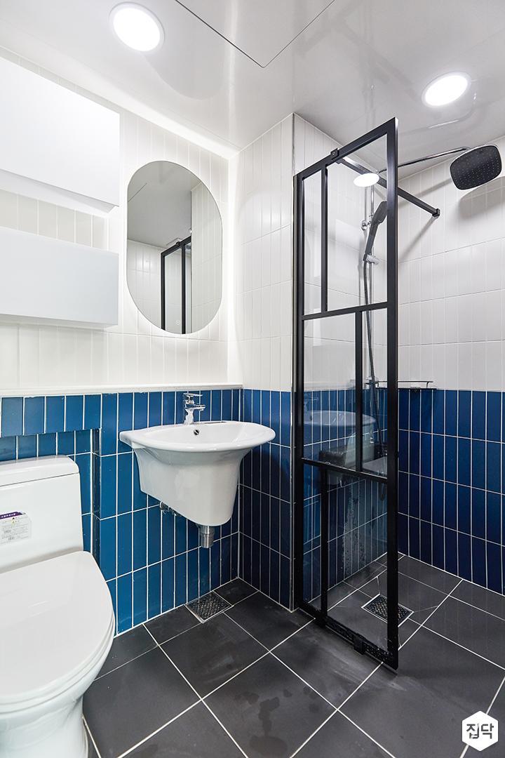 화이트,블루,모던,뉴클래식,욕실,욕실타일,간접조명,매립등,수납장,유리파티션,세면대,거울