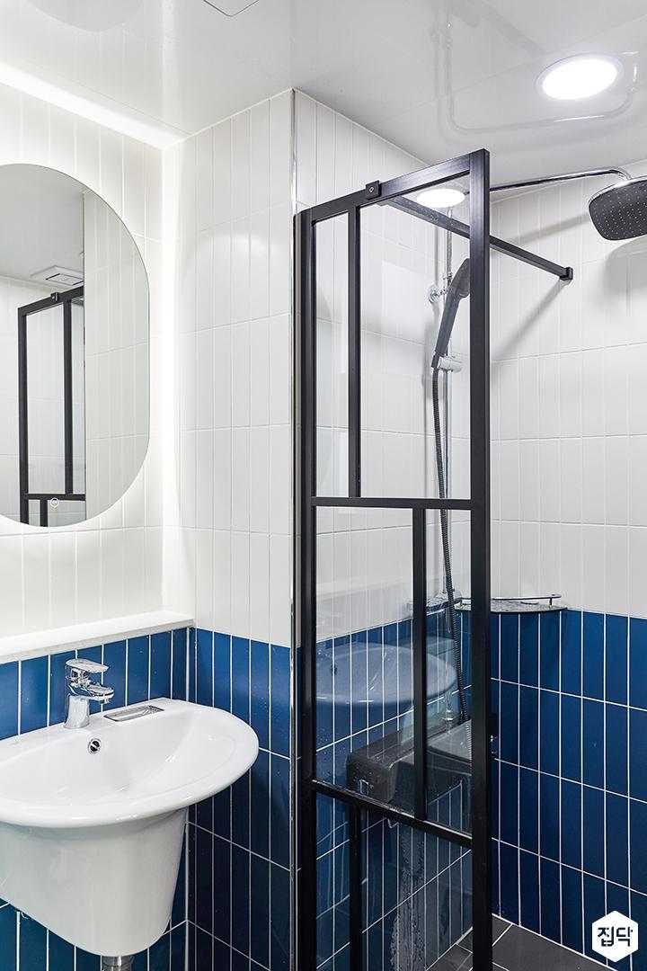 화이트,블루,모던,뉴클래식,욕실,욕실타일,간접조명,유리파티션,세면대,거울