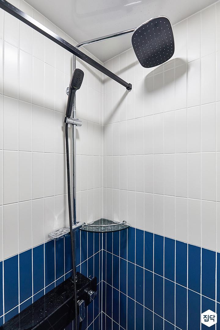 화이트,블루,모던,뉴클래식,욕실,욕실타일,샤워기