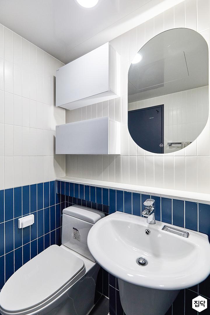 화이트,블루,모던,뉴클래식,욕실,욕실타일,간접조명,세면대,거울,수납장