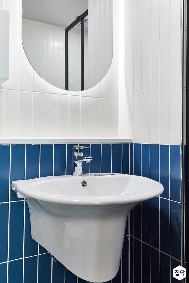 화이트,블루,모던,뉴클래식,욕실,욕실타일,간접조명,세면대,거울