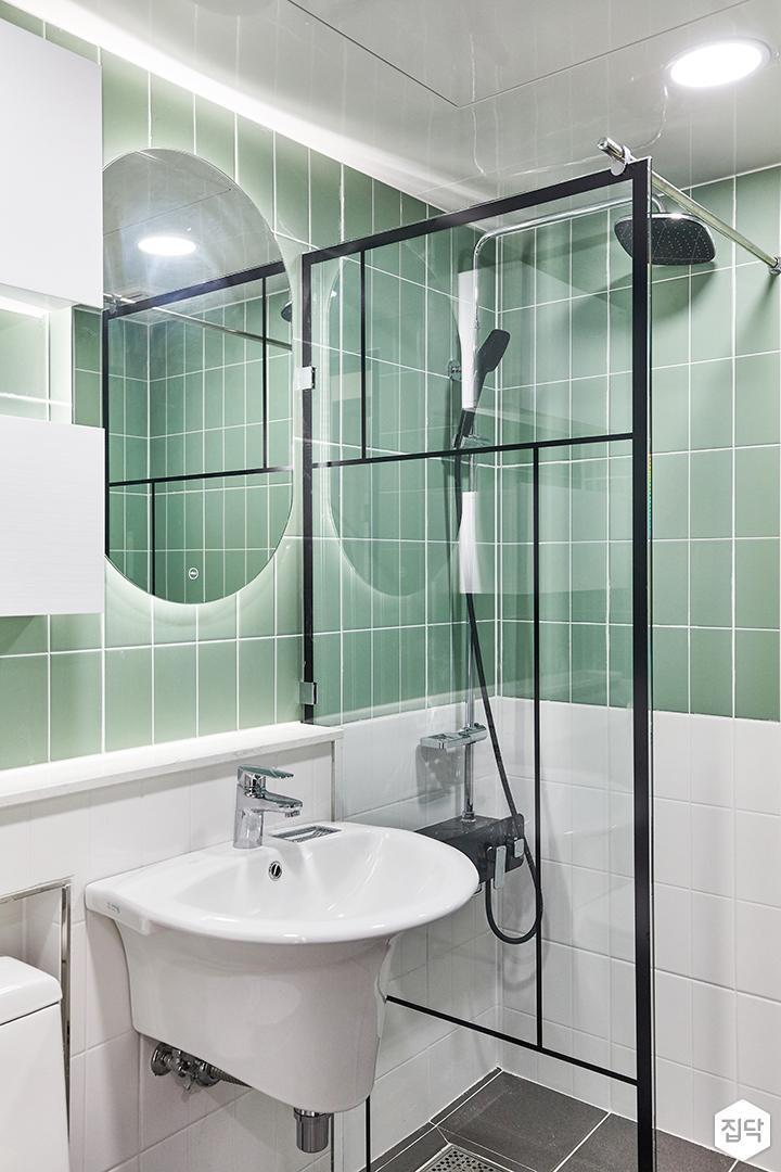 화이트,그린,모던,뉴클래식,욕실,욕실타일,매립등,간접조명,수납장,유리파티션,세면대,거울