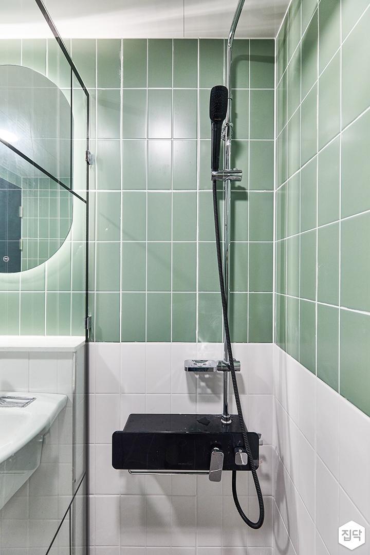 화이트,그린,모던,뉴클래식,욕실,욕실타일,샤워기,유리파티션