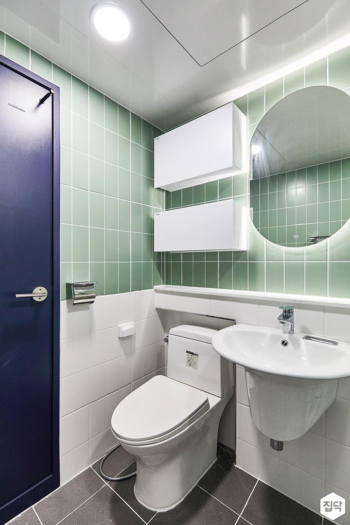 화이트,그린,모던,뉴클래식,욕실,욕실타일,간접조명,매립등,거울,수납장,세면대