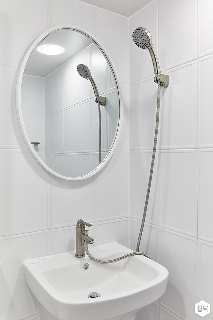 화이트,미니멀,심플,욕실,세면대,거울,샤워기