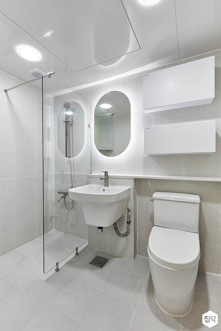 화이트,미니멀,심플,욕실,포세린,간접조명,매립등,유리파티션,수납장,세면대,거울