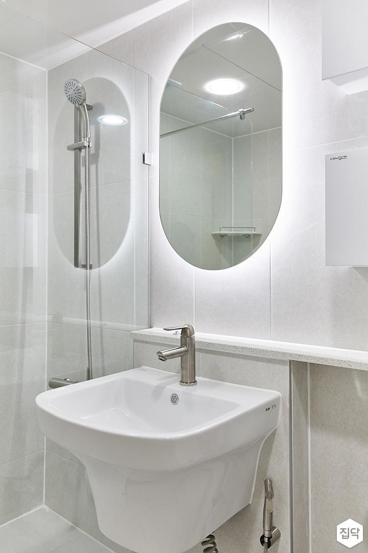 화이트,미니멀,심플,욕실,포세린,간접조명,유리파티션,수납장,세면대,거울
