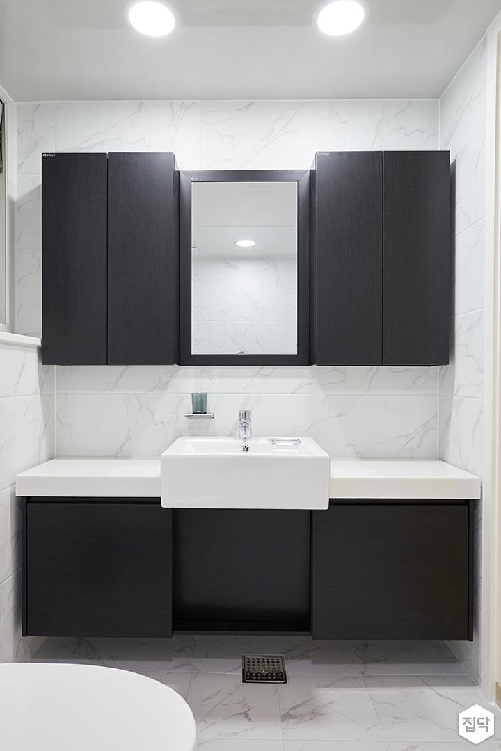 화이트,블랙,모던,심플,욕실,패턴타일,원형직부등,비앙코카라라,수납장,세면대