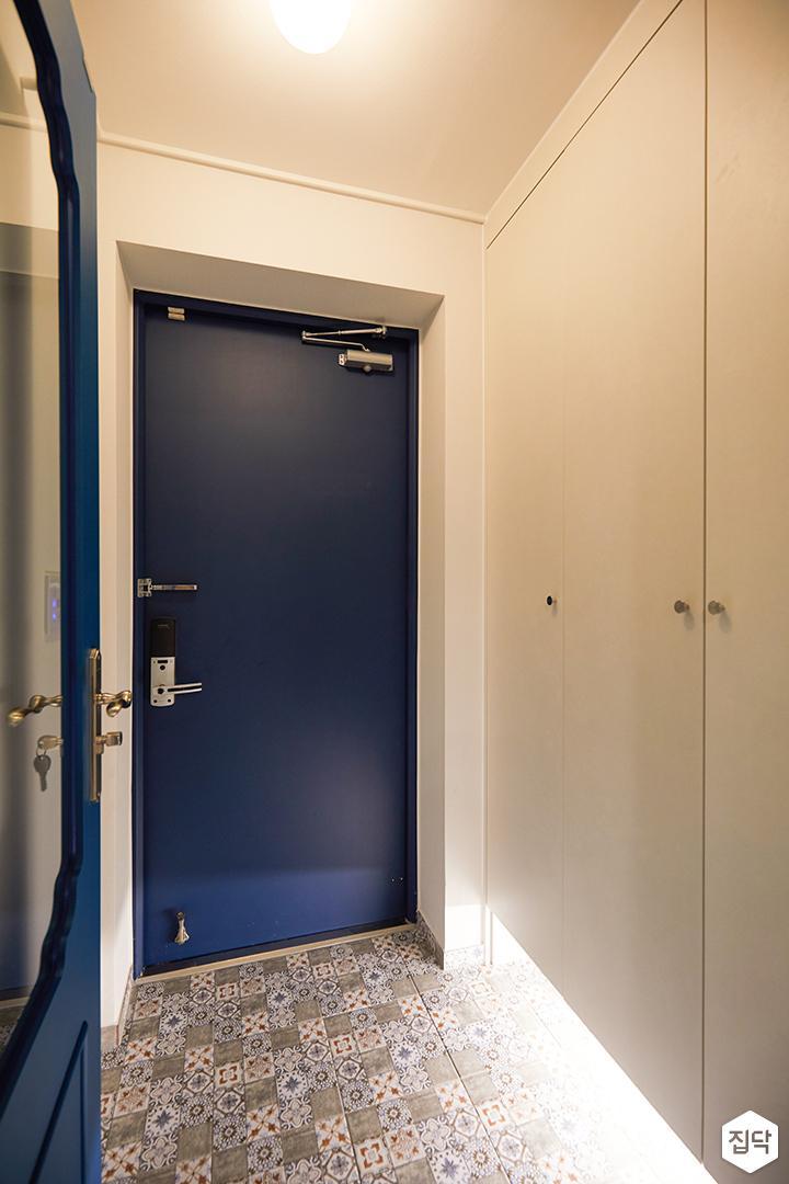 화이트,블루,모던,뉴클래식,현관,패턴타일,간접조명,중문,여닫이문,신발장