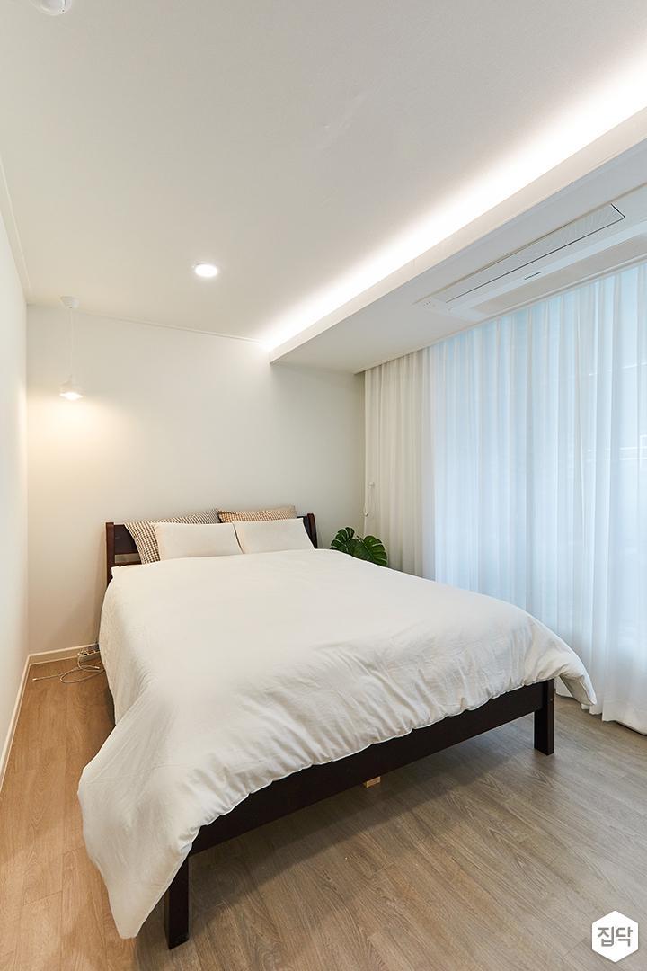 화이트,아이보리,모던,내추럴,침실,안방,매립등,간접조명,침대