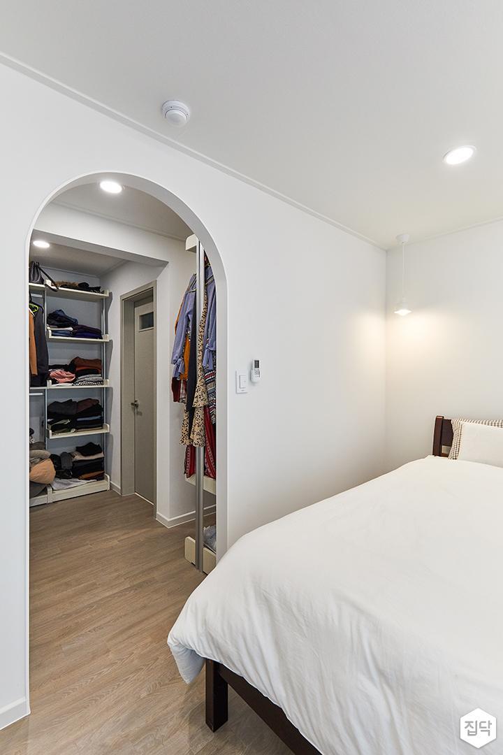 화이트,아이보리,모던,내추럴,침실,안방,아치형게이트,매립등,간접조명,침대