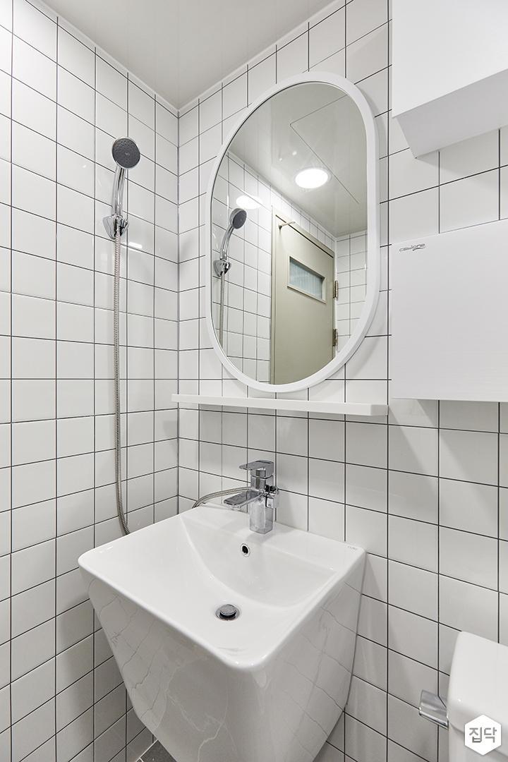 화이트,모던,욕실,포세린,폴리싱,욕실타일,수납장,세면대,거울
