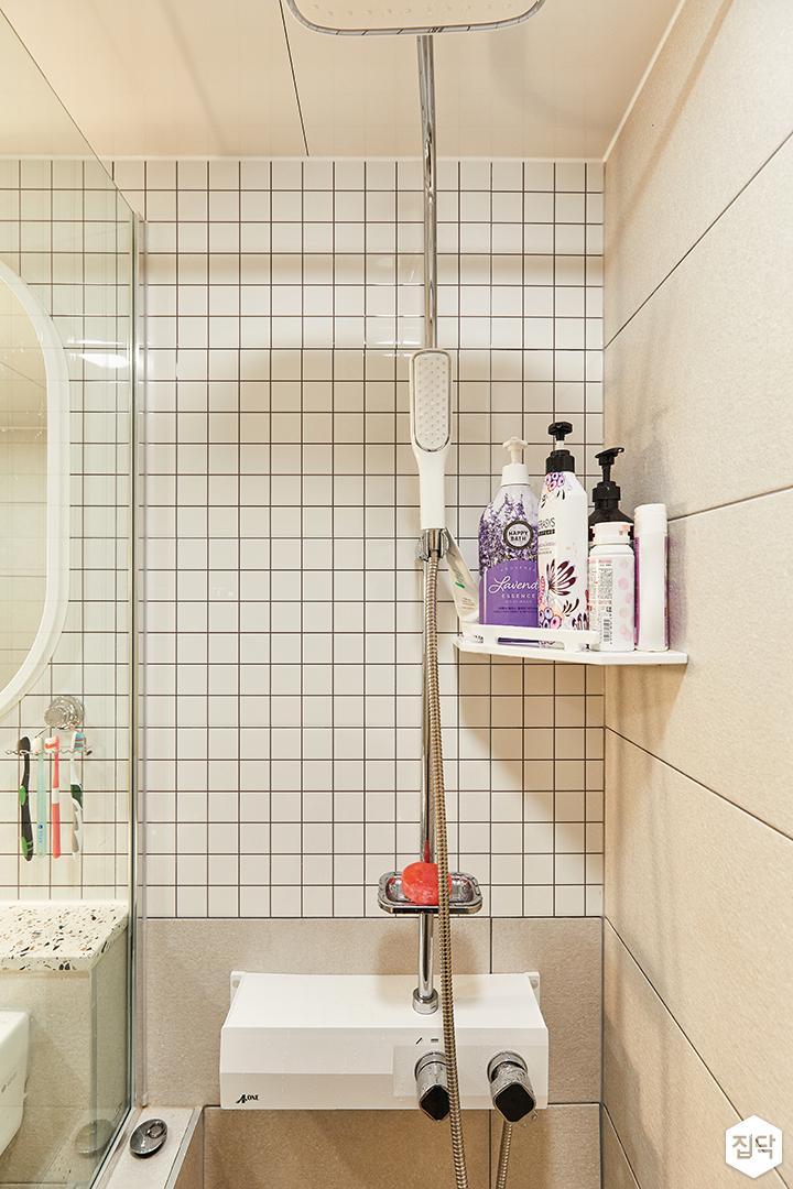 화이트,아이보리,모던,내추럴,욕실,욕실타일,샤워기,유리파티션